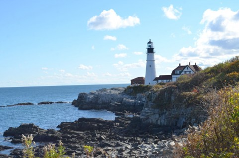 灯台と海岸.jpg