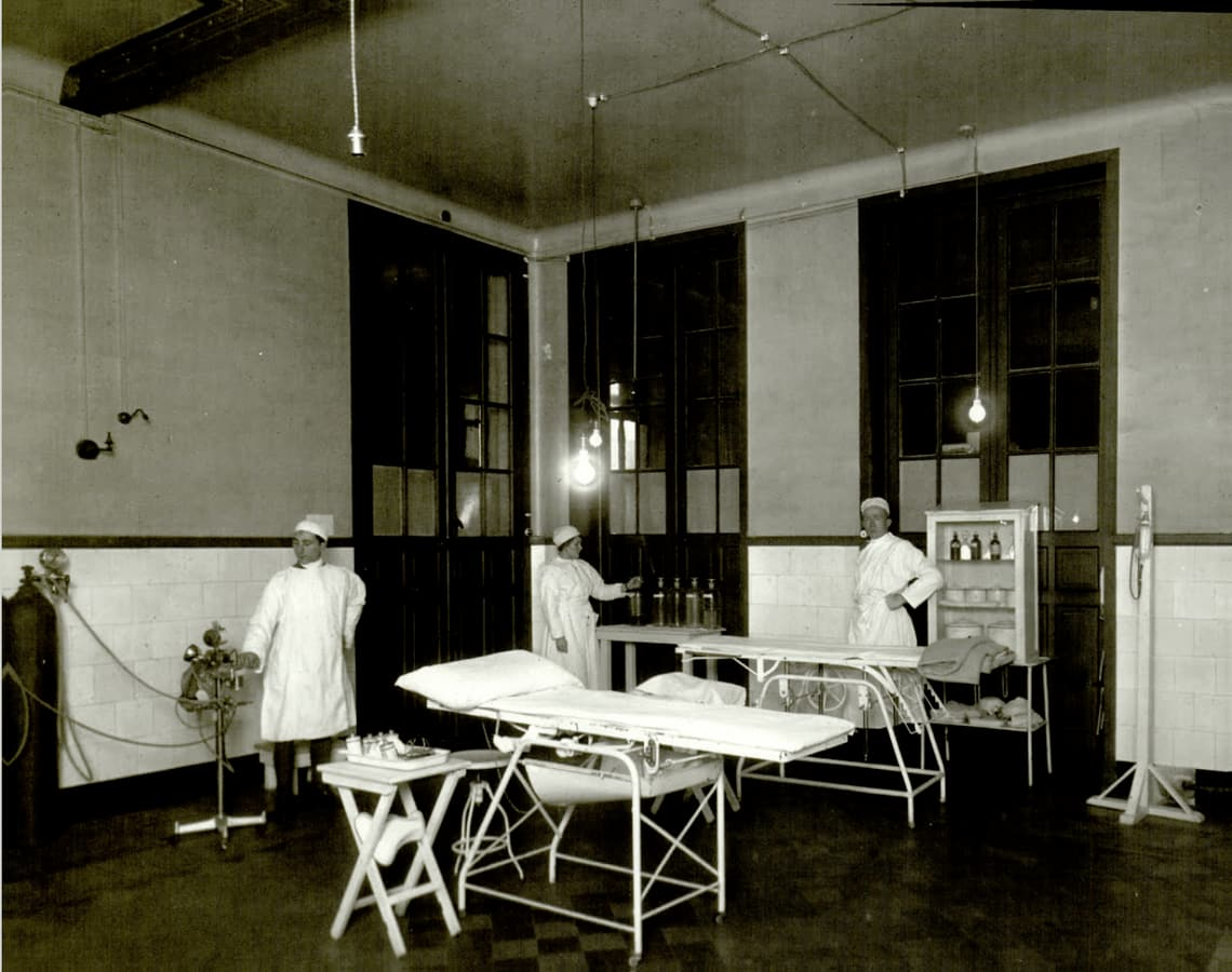 Surgical_assistants_in_WW1_U.S._Military_Hospital_No._57_Operating_Room.jpg