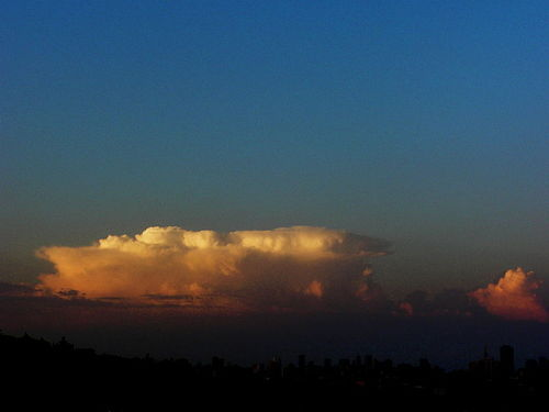 800px-Dylan_Duvergé_-_San_Francisco_with_Cumulonimbus_Cloud_in_the_Distance_(by)